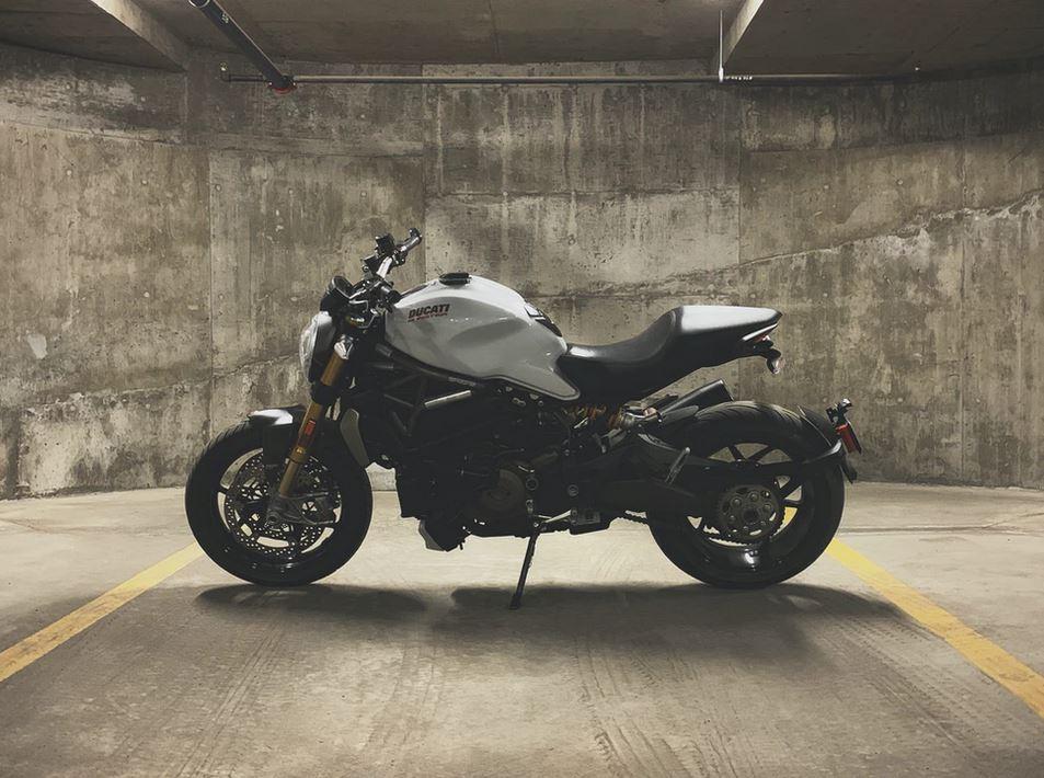 moto au parking
