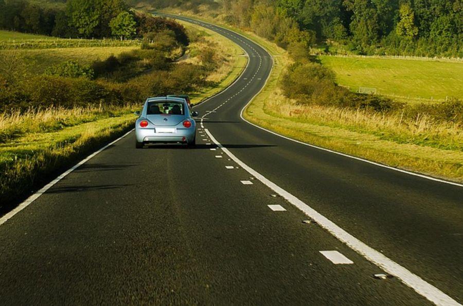 voiture sur une route de campagne